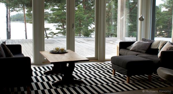 Vapaa-ajan huvilan olohuoneen ruskeat sohvat