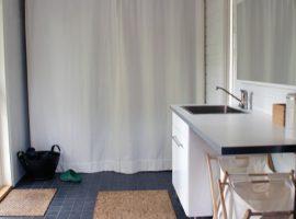 Kylpyhuone harmaalla lattialla
