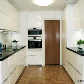 Vaalea ja raikas keittiö