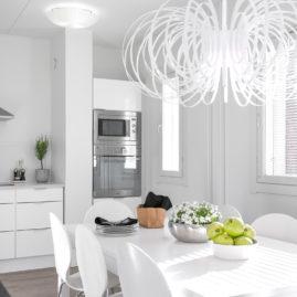 Valkoinen avara keittiö