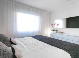 avara ja valoisa makuuhuone