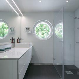valoisa kylpyhuone