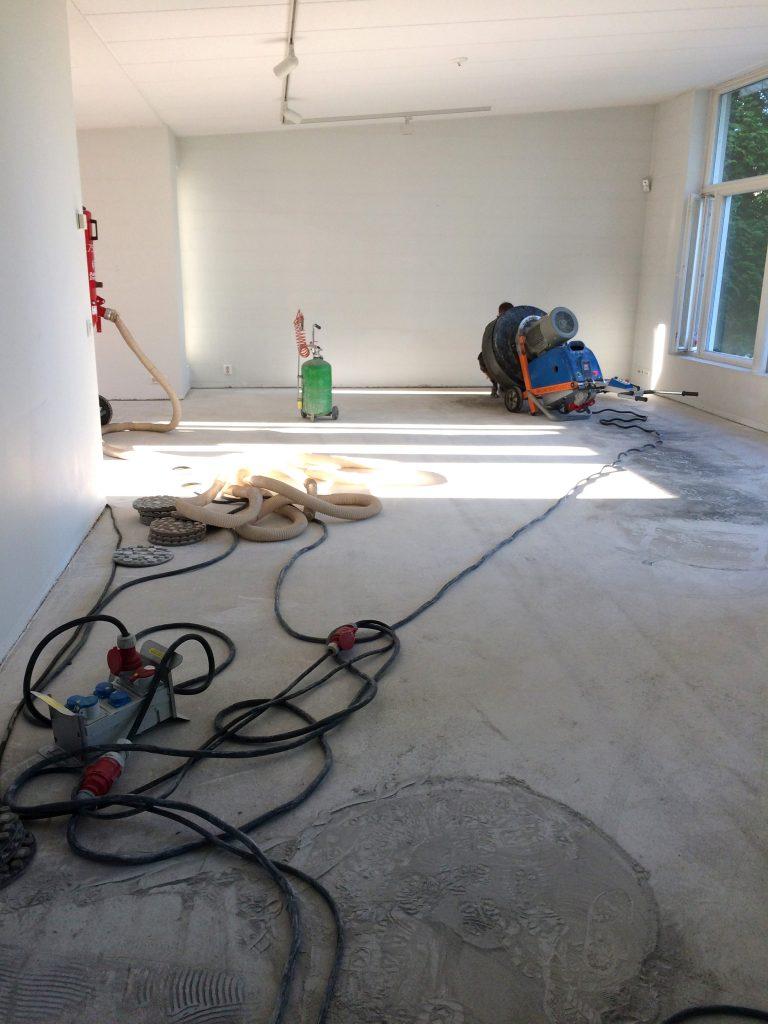 Asunnon remontointi jossa betonilattioiden hionta