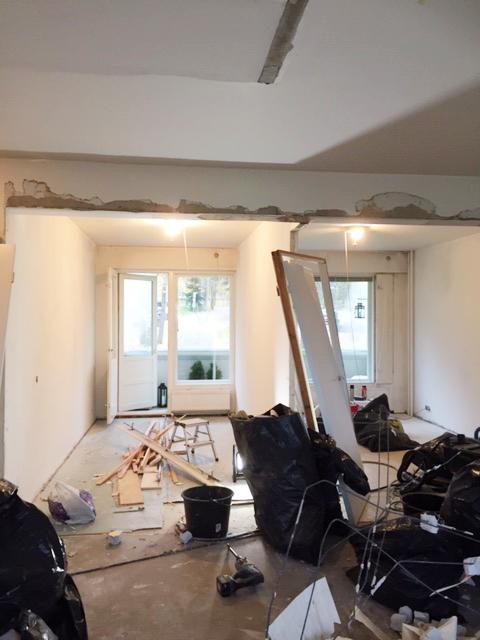 Asuntoremontti jossa puretaan seiniä
